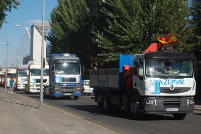 Más de cien vehículos tomaron parte en el desfile por las calles de Talavera. (Foto: Carlos Granda)
