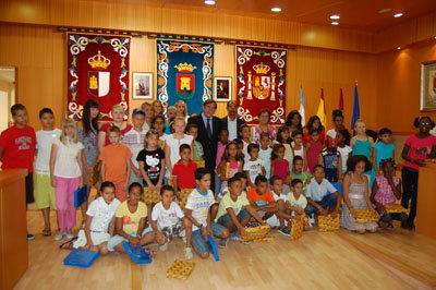Foto de familia del alcalde con los niños y sus familias 'adoptivas'. (Foto: J.F.)