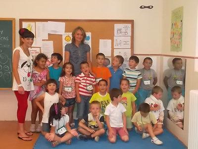 La concejala junto a varios ni�os del programa escolar de verano. (Foto: LA VOZ DEL TAJO)