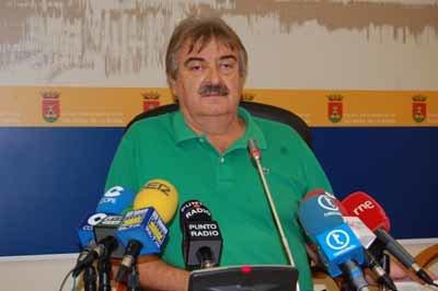 El coordinador local de IU, José María Domínguez, hizo una valoración de los primeros 100 días de Gobierno del PP. (Foto: J.F.)