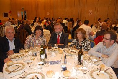 La presidenta de la asociaci�n junto a varios concejales del Ayuntamiento talaverano.  (Foto: J.F.)