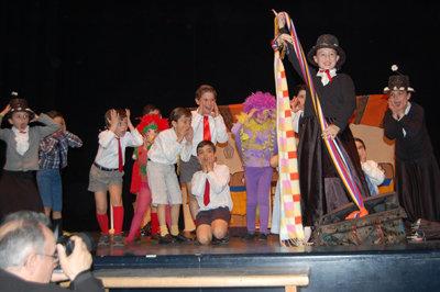 Uno de los colegios participantes interpretando una canción de Mary Poppins. (Foto: J.F.)