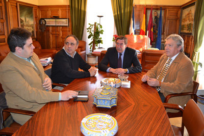 Un momento de la reuni�n en el despacho de Alcald�a. (Foto: LA VOZ DEL TAJO)