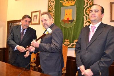 Lago entregó a Labrador el bastón de mando simbólico ante el nuevo subdelegado de Toledo. (Foto: J.F.)
