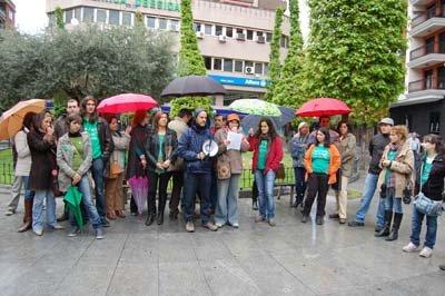 M�s de una veintena de docentes se concentraron en la Plaza de la Trinidad. (Foto: J.F.)