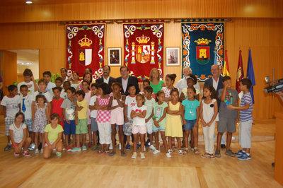 Lago recibió a los niños en el Ayuntamiento. (Foto: E.G.)
