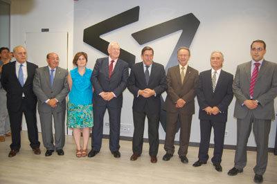 Luis Díaz Zarco, presidente de la entidad, junto a otros asistentes a la inauguración. (Foto: J.F.)