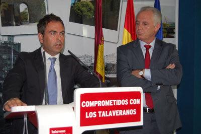 Camacho y Guti�rrez en su comparecencia en la sede socialista. (Foto: J.F.)