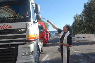 El sacerdote bendijo cada uno de los vehículos antes de iniciar la procesión desde Talavera Ferial. (Foto: J.F.)