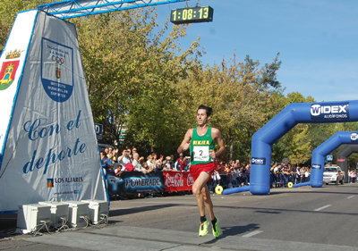 Antonio Núñez cruza primero la línea de meta. (Foto: Carlos Granda)
