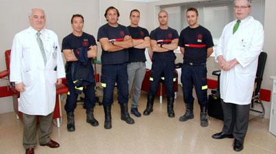 Los bomberos muestran su solidaridad donando sangre en el Hospital
