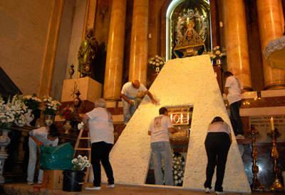 Más de 3.500 claveles blancos cubrirán el manto de la Patrona de Talavera en su día grande