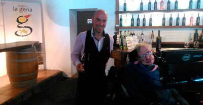 El talaverano Gustavo Palomo guía a Stephen Hawking en su visita a Bodega La Geria