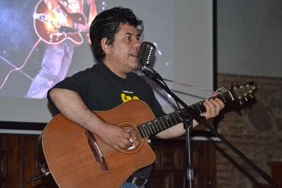 Luis Martín, líder de Lobos Negros, presenta las novedades audiovisuales de la mítica banda talaverana