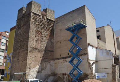 Arioliva finaliza la colocación del primer panel cerámico de la Plaza de San Miguel realizado por 'Santos Timoneda'