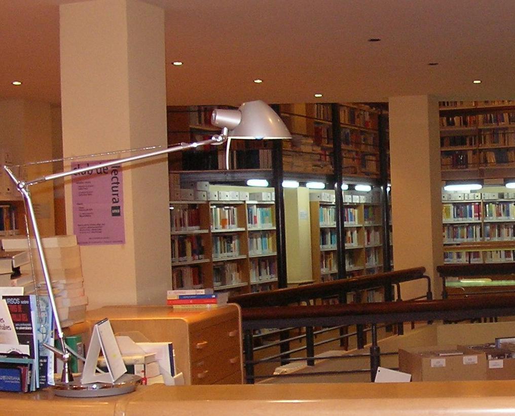 Aumentan los fondos de la biblioteca de la uned la voz for Biblioteca uned