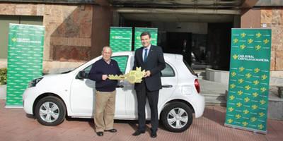 Caja Rural CLM entrega a un cliente de Calera y Chozas el sexto Nissan Micra con motivo de su 50 Aniversario