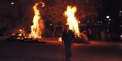Fuego en los chozos de Puente del Arzobispo para honrar a la patrona Santa Catalina