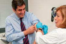 Echániz resalta la importancia de vacunarse contra la gripe para evitar contagios e ingresos innecesarios