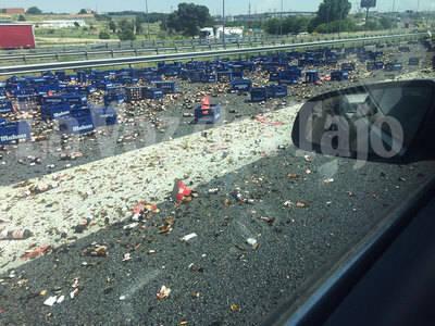 Cientos de litros de cerveza en el asfalto