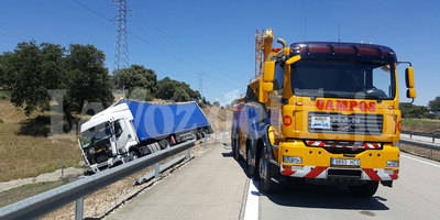 Accidente de un trailer en la A-5