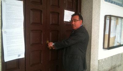 IU denuncia que el alcalde de La Puebla de Montalbán cambia la cerradura de la puerta del Ayuntamiento