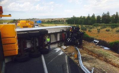 El conductor herido en el accidente de camión de Cazalegas permanece en la UVI con pronóstico grave