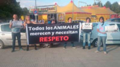 Activistas pro defensa animal protestan ante el circo Gottani en Talavera