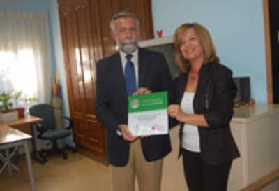 AFATA reconoce con una placa la colaboración del Consistorio con su entidad