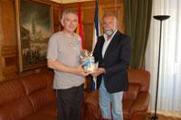 El ciudadano Blázquez Bejarano dona a Talavera un botijo de cerámica de 1900