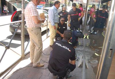 La Policia busca la bala que hirió a Ángela Sánchez en un escaparate de la acera de enfrente del suceso