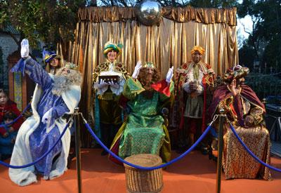 Ilusión entre los niños y niñas de Talavera al paso de la Cabalgata de los Reyes Magos