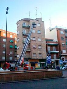 Un desprendimiento en la cornisa de un edificio de Pío XII obliga a intervenir a los bomberos
