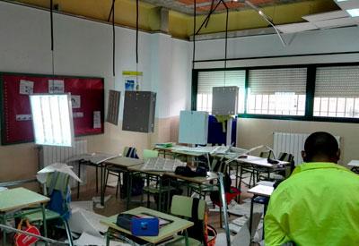Once alumnos y una profesora resultan heridos tras desprenderse el techo de un aula del colegio de El Casar de Escalona