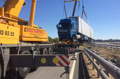 Un camión se sale de la vía en la A-5 a la altura de Alcañizo
