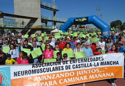 La carrera solidaria de ASEM-CLM abarrota la pista de atletismo con su mensaje 'Avanzando juntos'