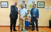 Un cliente de Mazuecos recibe un IPAD de Caja Rural Castilla-La Mancha por su 50 Aniversario