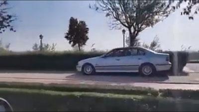Un coche circula a plena luz del día por la zona peatonal de la Ronda Sur junto al río Tajo
