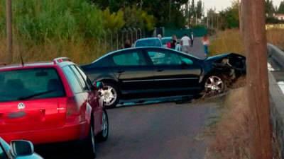 Fuerte impacto de un vehículo contra un pequeño muro en el Camino del Pilar