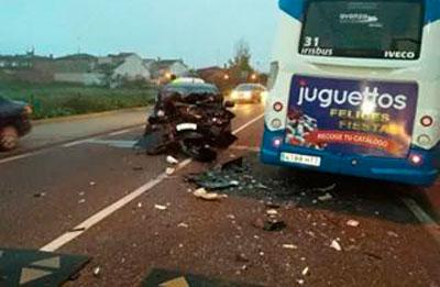 Colisión de un turismo contra un autobús en la carretera de Calera a la altura de Patrocinio