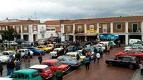 Concentración de coches clásicos en la plaza de la localidad de Alberche