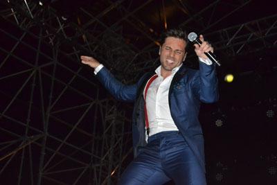 Bustamante derrochó simpatía, baile y energía positiva sobre el escenario de la Comarca