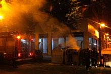 Arde un contenedor de papel en la Plaza de Goya en la madrugada del domingo