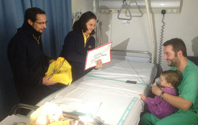 Voluntarios de Correos recogen las cartas para los Reyes Magos de los niños ingresados en el Hospital de Talavera de la Reina
