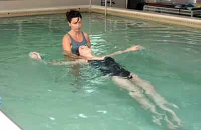 El Hospital Nacional de Parapléjicos acoge un curso de natación aplicada a personas con discapacidad