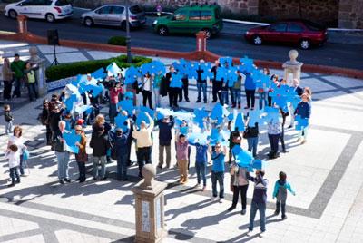 Lazo azul humano en la Plaza del Pan para conmemorar el Día Mundial de Concienciación del Autismo