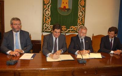 El Ayuntamiento y la Junta suscriben el convenio para construir el consultorio médico de Patrocinio