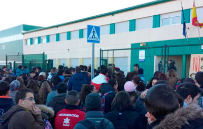 Protesta en la calle por el frío en las aulas del instituto de Carranque