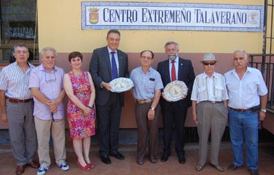 Gómez Escalonilla se reune con colectivos de otras regiones presentes en Talavera