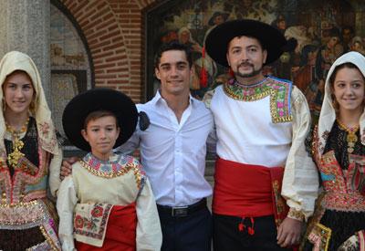 Javier fue recibido por varios lagarteros vestidos con el traje tradicional.